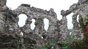 Ruïnes van Middeleeuws Kasteel in Seredne-dorp, de Oekraïne stock footage