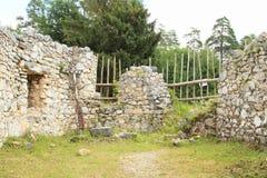 Ruïnes van muren van oud klooster in Slowaaks Paradijs stock afbeelding