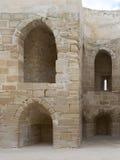 Ruïnes van olldmuur met overspannen holten stock afbeelding