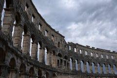 Ruïnes van oud amfitheater in Pula Kroatië stock foto's