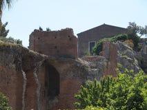 Ruïnes van oud Grieks en roman theater in TAORMINA-stad in SICILIË in Italië royalty-vrije stock foto's
