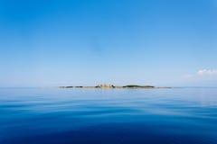 Ruïnes van oud kasteel op het eiland in Middellandse Zee in Kroatië royalty-vrije stock afbeeldingen