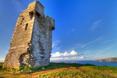 Ruïnes van oud kasteel op Ierse Klippen van Moher Stock Afbeeldingen