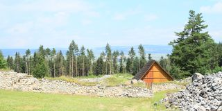 Ruïnes van oud klooster achter weide in Slowaaks Paradijs Royalty-vrije Stock Afbeelding