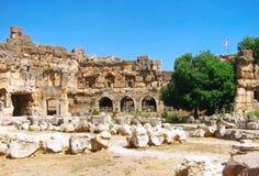 Ruïnes van oud slot met de vlag van Libanon Royalty-vrije Stock Foto's
