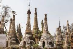 Ruïnes van oude Birmaanse Boeddhistische pagoden Nyaung Ohak in het dorp van Indein op Inlegselmeer Stock Fotografie