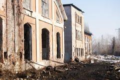 Ruïnes van oude fabrieksvoorgevel Stock Afbeelding