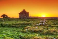 Ruïnes van oude Ierse kapel bij zonsopgang Stock Afbeeldingen