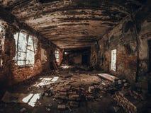 Ruïnes van oude rode baksteen verlaten de bouw binnen binnenlandse, donkere griezelige gang Stock Foto