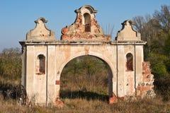 Ruïnes van oude verlaten barokke gateway royalty-vrije stock fotografie
