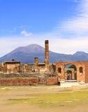 Ruïnes van Pompei en vulkaan de Vesuvius Stock Afbeelding