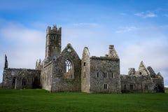 Ruïnes van Prachtig Ross Abbey, Ierland royalty-vrije stock foto