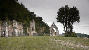 Ruïnes van priorij van Beaumont le Roger, Normandië Frankrijk stock video