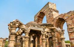 Ruïnes van Quwwat-ul-islammoskee in Qutb complex in Delhi, India royalty-vrije stock afbeelding