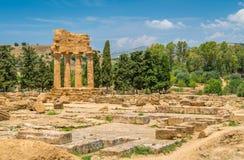 Ruïnes van Tempel van Bever en Pollux in de Vallei van de Tempels Agrigento, Sicilië, zuidelijk Italië stock foto's