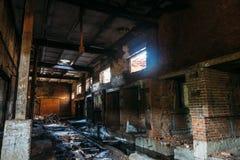 Ruïnes van verlaten industrieel pakhuis, donkere griezelige gang van de productie van fabrieksworkshop met kolommen Royalty-vrije Stock Foto's