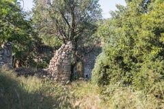 Ruïnes van verlaten Palestijns dorp Kafr Birim in het noorden van Israël waarin de christenen Maronites tot het midden leefden stock afbeelding