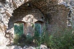 Ruïnes van verlaten Palestijns dorp Kafr Birim in het noorden van Israël waarin de christenen Maronites tot het midden leefden stock afbeeldingen