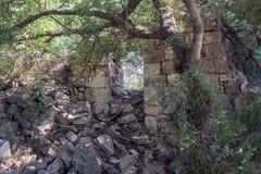 Ruïnes van verlaten Palestijns dorp Kafr Birim in het noorden van Israël waarin de christenen Maronites tot het midden leefden royalty-vrije stock foto's