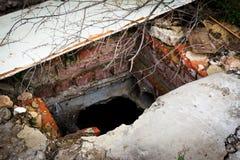 Ruïnes van vernietigd huis Verlaten aarden kelder royalty-vrije stock foto's
