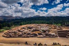 Ru?nas de Sacsayhuaman em Cusco, Peru Um complexo monumental das construções de pedra feitas por Incas imagens de stock royalty free