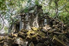 Ru?nas do templo antigo de Beng Mealea sobre a selva, Cambodia foto de stock