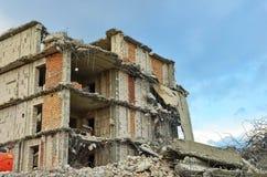 Ru?nes van het vernietigde gebouw en de woning stock foto