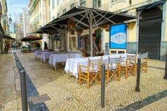Rua奥古斯塔街户外晚上、商店、游人、咖啡馆和餐馆在里斯本 库存图片