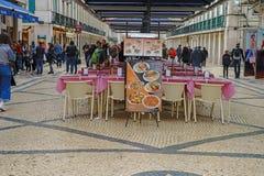 Rua奥古斯塔街户外晚上、商店、游人、咖啡馆和餐馆在里斯本 免版税库存照片