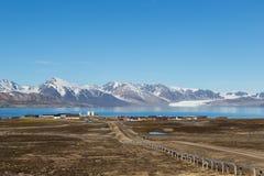 Rua à cidade de Ny Alesund, Svalbard, Spitsbergen, céu azul Fotografia de Stock Royalty Free