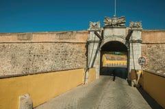 Rua abandonada que vai para a entrada da parede da cidade fotografia de stock royalty free