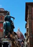 A rua abriga a catedral do domo do verbo copulativo, Florença, Itália Fotografia de Stock