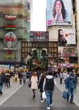 Rua aglomerada de Shinsaibashi, Dotombori, Osaka, Japão Foto de Stock
