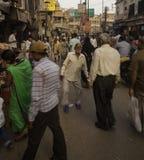 Rua aglomerada de Varanasi foto de stock