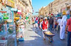 Rua aglomerada do mercado dos pássaros, Souq Waqif, Doha, Catar Imagens de Stock Royalty Free