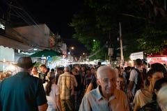 Rua aglomerada em mercados asiáticos da noite Foto de Stock