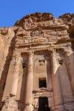 Rua amarela da manhã dos túmulos da rocha das fachadas Petra Jordan Fotografia de Stock