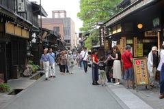 A rua antiga dos povos do turista que anda construções de madeira compra, Takayama, Japão Imagem de Stock Royalty Free