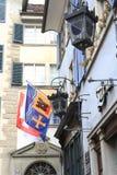Rua antiga em Zurique, decorada com bandeiras suíças, Switzerlan Fotografia de Stock