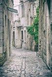 Rua apedrejada em Trogir histórico, filtro análogo imagens de stock royalty free