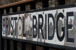 A rua assina dentro Bristol em uma ponte fotografia de stock royalty free