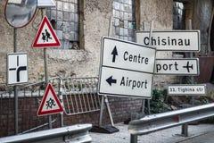A rua assina dentro Chisinau Imagens de Stock