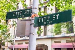 A rua assina dentro interseções da estrada de Sydney fotos de stock