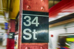 a 34a rua assina dentro o metro de New York City Imagens de Stock