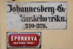 A rua assina dentro Praga, república checa Fotos de Stock Royalty Free