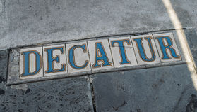 A rua assina dentro a rua dos passeios-Decatur do bairro francês de Nova Orleães Imagens de Stock Royalty Free