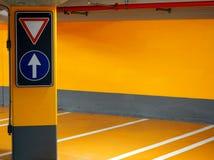 A rua assina dentro um estacionamento subterrâneo Fotografia de Stock Royalty Free