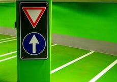 A rua assina dentro um estacionamento subterrâneo Fotos de Stock