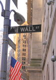 A rua assina dentro Wall Street, New York Fotografia de Stock