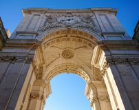 Rua Augusta Arch em Praca faz Comercio, Lisboa, Portugal Tiro do baixo ângulo contra o céu azul saturado imagens de stock